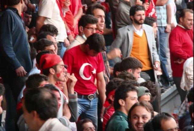 (تصویر) سوء استفاده رسانههای ترکیه از حواشی نفرت پراکنان قومی در استادیوم!