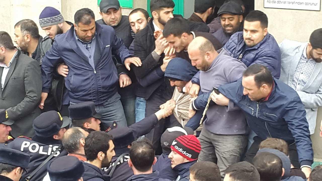 نمازگزاران مسجد حاج جواد باکو به طرح تخریب این مسجد اعتراض کردند